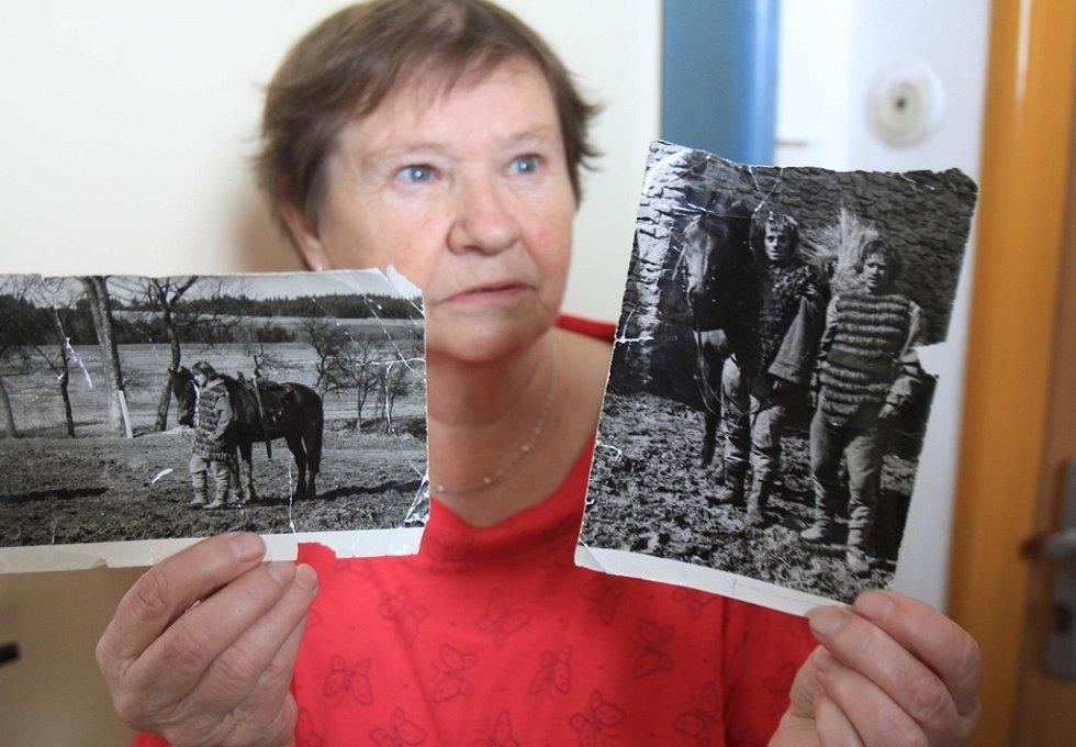 Vlasta Tůmová ukazuje fotografie, které vznikly během natáčení filmu o Marketě.