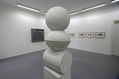 Abstraktní dílo současné sochařky a grafičky Moniky Immrové vystavuje českobudějovický dům umění. Autorka se soustředí na elementární tvary.