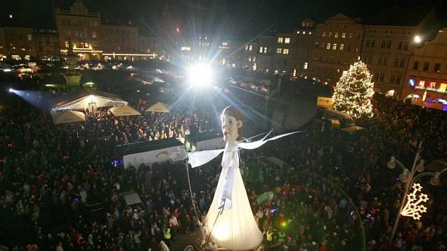 Tradičně plné náměstí se v Českých Budějovicích čeká 5. prosince 2014 na přílet anděla z Černé věže, dvanáctimetrová loutka Divadla Kvelb pobaví dole na náměstí.