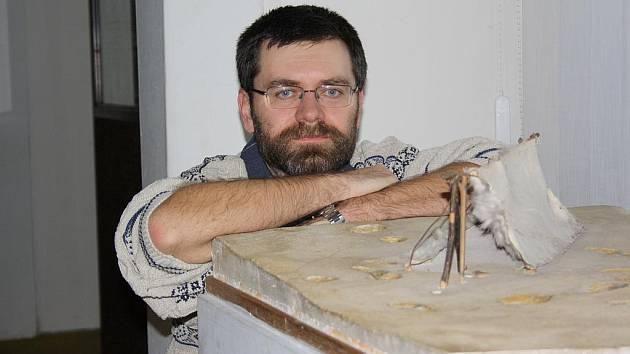 Na horním snímku archeolog Ondřej Chvojka u modelu chýše z doby kamenné v Jihočeském muzeu.