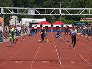 V sobotu před polednem začal na českobudějovickém stadionu TJ Sokol závod profesionálních hasičů v běhu na 100 metrů s překážkami.