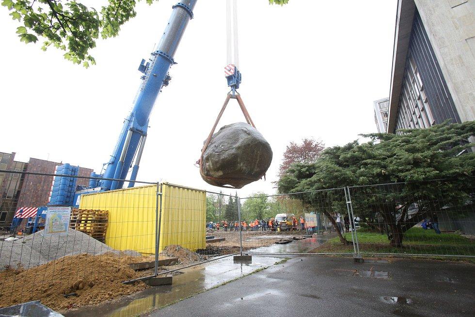 Stotunový kámen před knihovnou ustoupil stavbě.