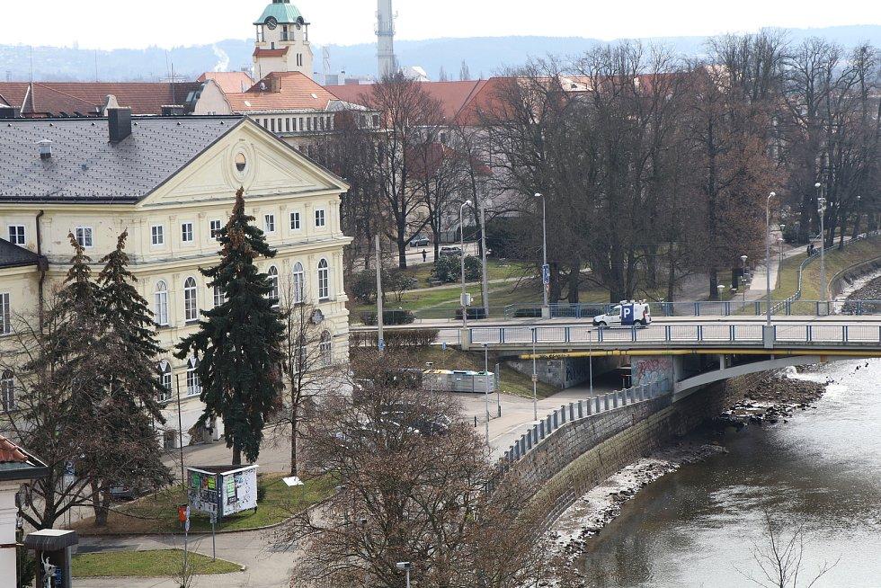 Poloprázdná Malše v Českých Budějovicích.