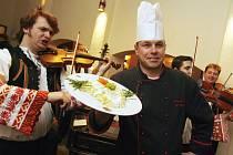 V pěti českobudějovických restauracích nabídnou od 20. února při Dnech slovenské kultury typická jídla sousedů. Na snímku kuchař Luděk Hauser z Masných krámů.