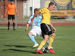 Patrik Čavoš v J. Hradci v utkání Mol Cupu zakládá jednu z útočných akcí Dynama, které nakonec u Vajgaru vyhrálo 4:1.