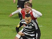 V minulém domácím zápase hráli fotbalisté Dynama se Žižkovem 1:1 (na snímku Elvis Mashike bojuje s Onřejdem Švejdíkem), uspějí v neděli doma s Hradcem Králové?
