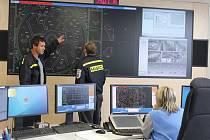 Moderní velkoplošná obrazovka přehledně zobrazuje požární situaci v areálu Jaderné elektrárny Temelín.