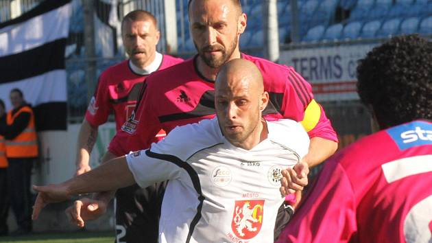 Roman Lengyel v zápase s Hradcem atakuje Mrázka.