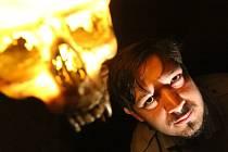 Spisovatel Jiří Sivok (26) píše horory, nyní dokončil román Smrt bývá nehezká. Na snímku v českobudějovické restauraci Nosferatu.