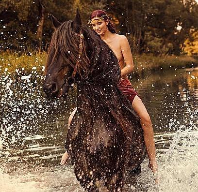 Bianca na koni.