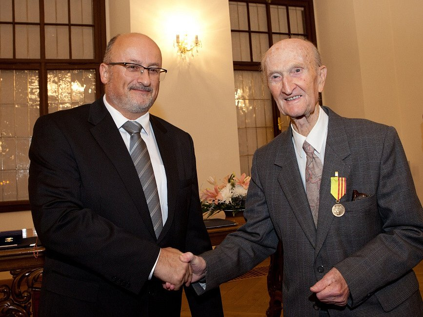 Učitel Ladislav Havel a jeho někdejší žák Pavel Šporcl se sešli 14. prosince 2015, na českobudějovické radnici dostali vyznamenání.