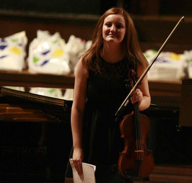 Violistka Lenka Němcová, rodačka z Českých Budějovic, absolutní vítězka soutěže konzervatoří 2014 v oboru viol. Na snímku z roku 2013.