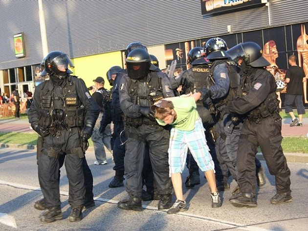 Demonstrace na Máji 13. července.