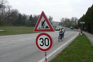 Už tento pátek, pokud to dovolí počasí, by mohla skončit v Hluboké nad Vltavou oprava vozovky na tahu České Budějovice - Týn nad Vltavou, i když původně byla dopravní omezení povolena až do 16. dubna.
