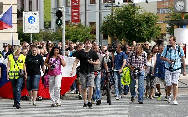 Celorepublikové protestní pochody vsobotu 24.srpna měly podle organizátorů společného jmenovatele - upozornit na nespravedlivý sociální systém, policejní brutalita, rozdílný přístup kRomům a bílým. Protest vČeských Budějovicích.