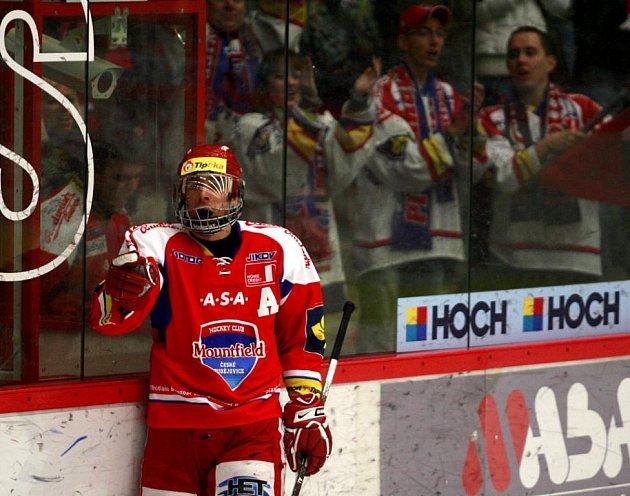 Jiří Šimánek s celoobličejovým krytem slaví gól do sítě Kladna.