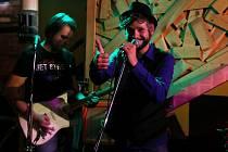 Táborská skupina Peshata hrající zoopunk vydala desku Anarchy in the ZOO. Jeden text písně napsali fanoušci na facebooku. Na snímku vpravo zpěvák Tomáš Blažek.