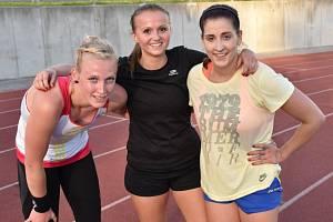 PŘÍPRAVA. Na atletickém oválu v Písku se spolu s ostatními poctivě připravují také zleva Dagmar Kalčíková, Kateřina Talafousová a Veronika Benešová.