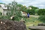 V noci na čtvrtek 24. 6. 2021 způsobila velké škody na Českobudějovicku další ze série bouřek. Na snímku odklízení padlých stromů na návsi v Kočíně.