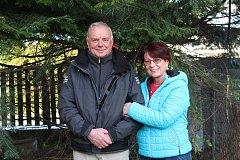 Manželé Jan a Jana Buškovi jsou spolu 44 let. Na zahradě mají ještě dvě jedle, žádná ale pro ně tolik neznamená jako gigaska. Važme si ji.
