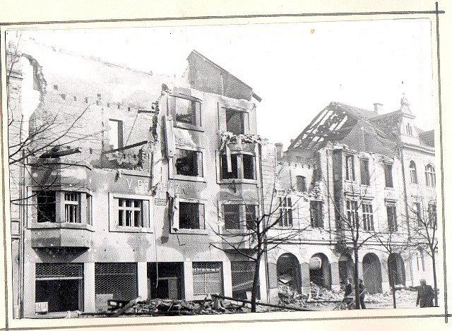 Po náletech v březnu 1945 zůstalo v Českých Budějovicích mnoho zmařených životů a zničených domů. Na snímku Lannova třída.