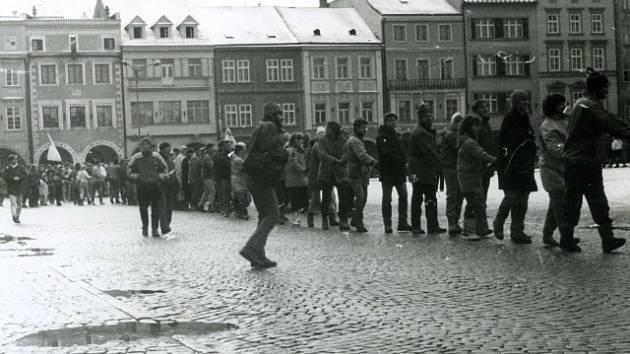 Lidský řetěz se v listopadu 1989 vinul podobně jako v dalších městech také ulicemi a náměstím v Českých Budějovicích. Zorganizovali jej především studenti.