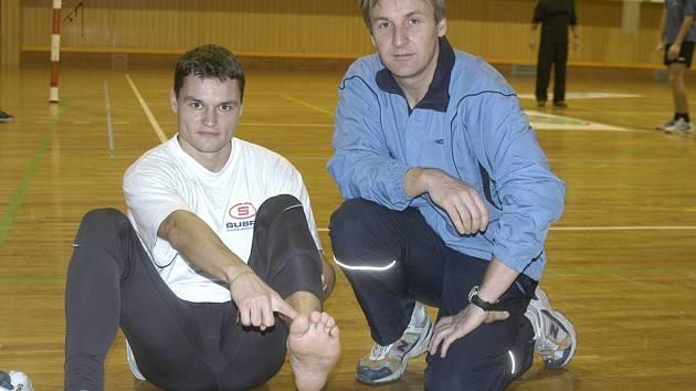 Absolvent Gymnázia olympijských nadějí v Č. Budějovicích Tomáš Pour (vlevo) se vrací do dálkařského sektoru po zranění nohy. V těchto dnech se už naplno připravuje na halové MČR, které se uskuteční na konci února v Praze.