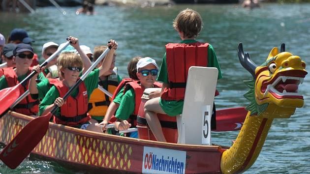 Dračí lodi plné školáků.