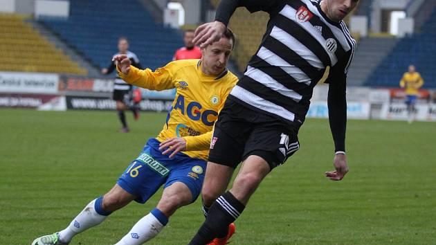 Michal Klesa uniká teplickému Aloisu Hyčkovi: Teplice - Dynamo ČB v přípravě 5:0.