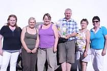 Partneři Marie Řehoutová (uprostřed ve fialovém triku) a Václav Pilbauer vyhráli soutěž o nejlepší guláš na Buškově hamru. Na snímku jsou s členkami poroty.