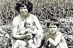 NÁVRAT. Ke zkouškám na titulní roli Libuše ve Smetanověopeře se připojila po mateřské dovolené v létě 1981 sopranistka Libuše Hrubá. Druhý syn Lukáš se jí narodilv říjnu 1980. Na snímku je i se svým dalším synem Markem. Fotografie poskytlo Jihočeské divad