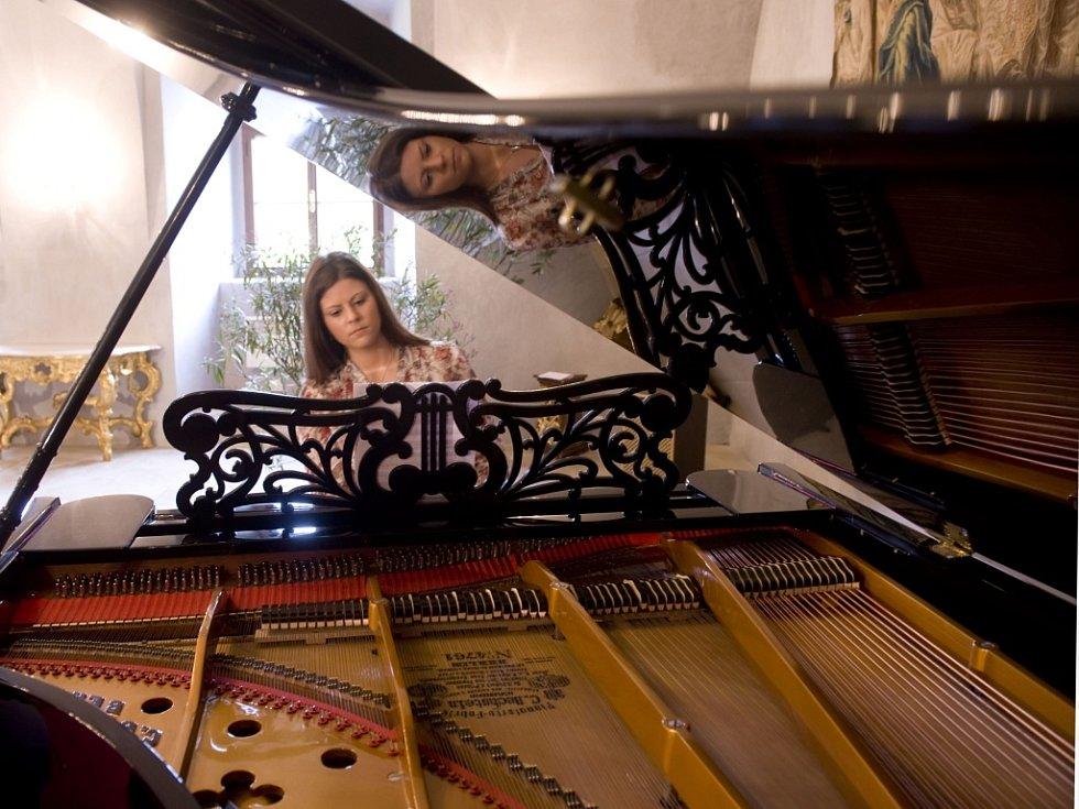 Unikát. Ve zlatokorunském klášteře mají nově klavír značky Bechstein z roku 1870, jediný svého sruhu na světě. Na snímku na něj hraje Marcela Křížová z Třísova, absolventka JAMU v Brně.