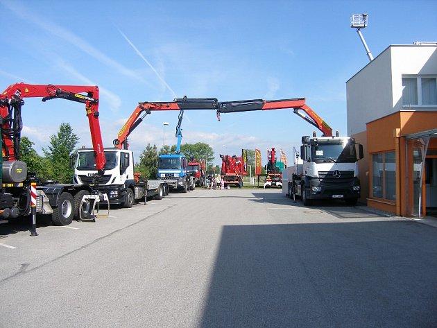 Společnost Kuhn-MT se zabývá montáží iservisem manipulační techniky. Za dobu své existence dodala firma na český trh téměř šest tisíc nakládacích jeřábů, nosičů kontejnerů a manipulačních plošin.