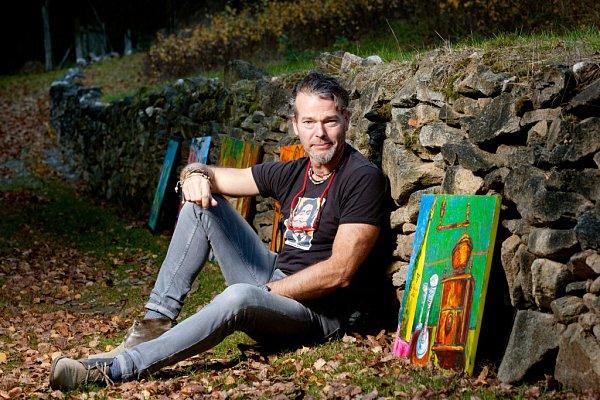Autohavárie může paradoxně za to, že Hynek Fuka (52) začal malovat. Když se probral ztřídenního komatu, rozhodl se, že si splní dětský sen a začne malovat. Učil se znovu mluvit, vše zvládl. Dnes maluje na chalupě vMeziluží (na snímku před ateliérem).