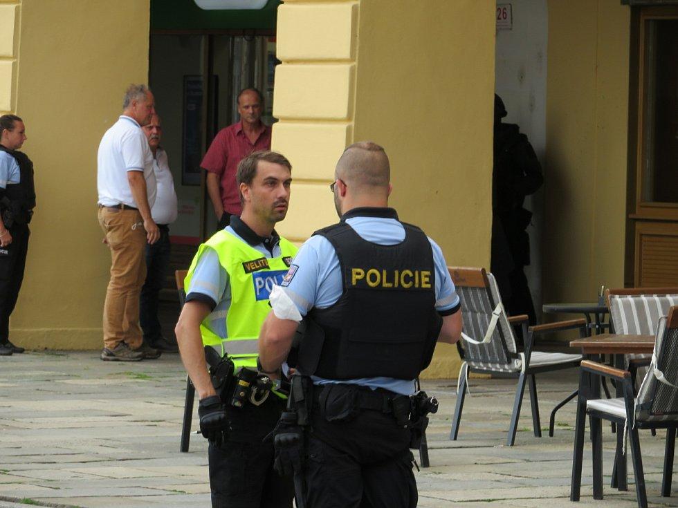 Všechny složky integrovaného záchranného systému zasahovaly na náměstí Přemysla Otakara II., jedna žena byla zraněná, pachatel byl zatčen.