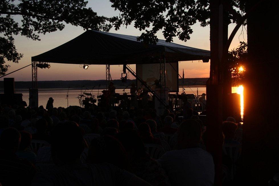 Romantický západ slunce do rybníka Svět.