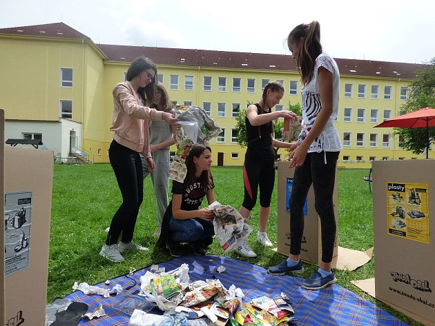 Školáci ze Základní školy Nerudova v Českých Budějovicích při projektovém týdnu zaměřeném na životní prostředí.