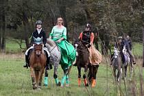 Tradiční Hubertskou jízdu ve Skalici u Bohumilic opanovaly ženy