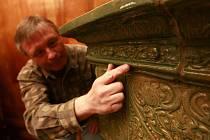 Zajímavým fragmentem kachlových renesančních kamen na prohlídkové trase třeboňského zámku jsou lebky, které připomínají takzvaný Rožmberský řád  lebky. Jedná se o jeden z mála řádů, které vznikly a působily v zemích Koruny české.