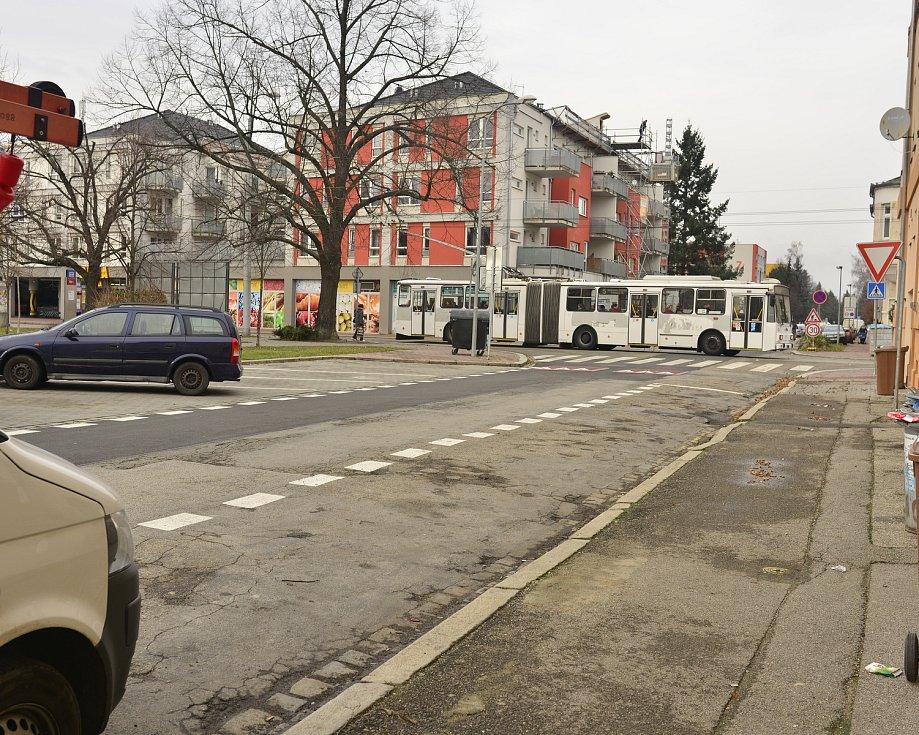Parkování na Palackého náměstí v Českých Budějovicích a v jeho okolí po zavedení placených zón. Na jaře 2018 z ulic auta skoro zmizela.