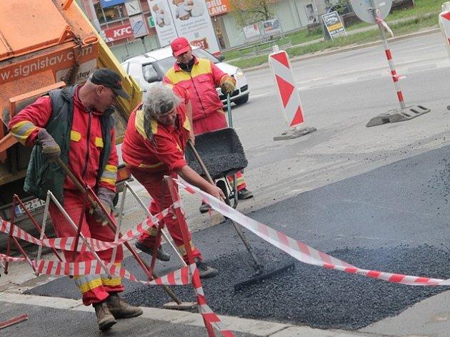 Havárie vodovodu poškodila minulý týden část vozovky a chodníku na Pražské třídě. Nejpozději v pátek by tudy řidiči ale měli projíždět bez komplikací.
