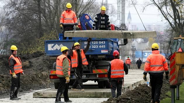 19. listopadu ještě dělníci pokládali mezi Suchým Vrbným a Mladým panely.