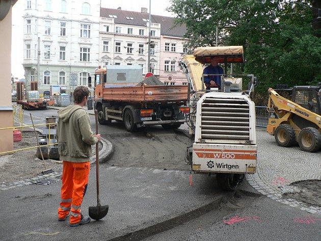 Fréza, která hloubí v asfaltu zářez pro žulové kostky a další technika pracují v těchto dnech v Jírovcově a Nové ulici v Českých Budějovicích. Připravují zlepšení pro cyklisty.