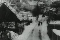 Záběr z filmu Všude žijí lidé. Zimní pohled na Chyšky, které se na plátně proměnily v pohraniční obec.