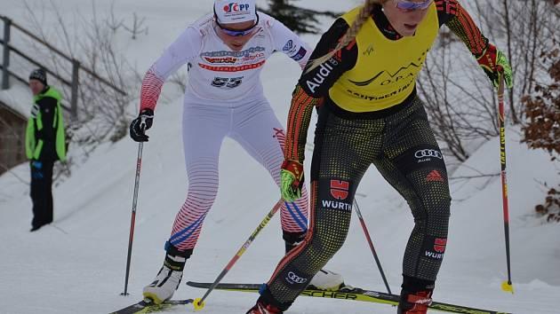 Barbora Havlíčková (v bílém) na trati Kontinentálního poháru v Bavorsku.