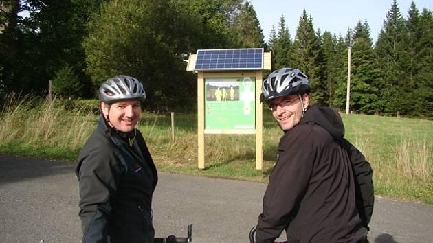 """Michal Jančařík (vpravo) projel nespočet zajímavých míst, nejradši se ale vrací na Šumavu. """"Každý rok musím alespoň jednou sednout na kolo a zajet se vykoupat do Žďáreckého jezírka,"""" říká."""