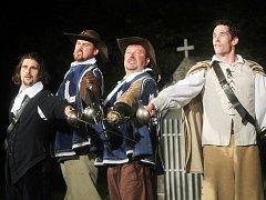 Romantická komedie Tři mušketýři má 18. srpna jubilejní 150. reprízu před otáčivým hledištěm v Krumlově. Je to rekord v počtu uvedení jednoho titulu před točnou. Zleva na snímku Tomáš Drápela, Pavel Oubram, Martin Hruška a Jan Hušek.