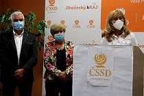 """Za ČSSD bude na jihu Čech, jako nezávislá, kandidovat šéfka zdejších hygieniků (u pultu). Na snímku s hejtmankou a volební """"dvojkou"""" Antonínem Krákem."""