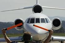 Na českobudějovickém letišti v Plané se zvyšuje i počet mezinárodních letů. V úterý odpoledne přivezlo dvacetitunové letadlo Falcon 900EX Mystere pasažéry z Varšavy a včera ráno s nimi odlétlo do Záhřebu.