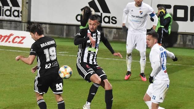 Fotbalisté Dynama podlehli Baníku 0:2, velké potíže jim dělal Holzer (na snímku v souboji s Brandnerem a Schranzem).